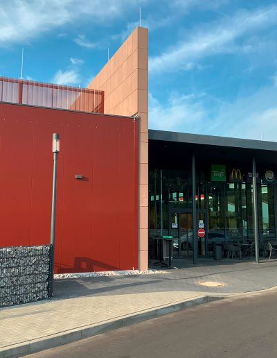 Serways Eingangsportal und Fassadenelemente für Rastanlage